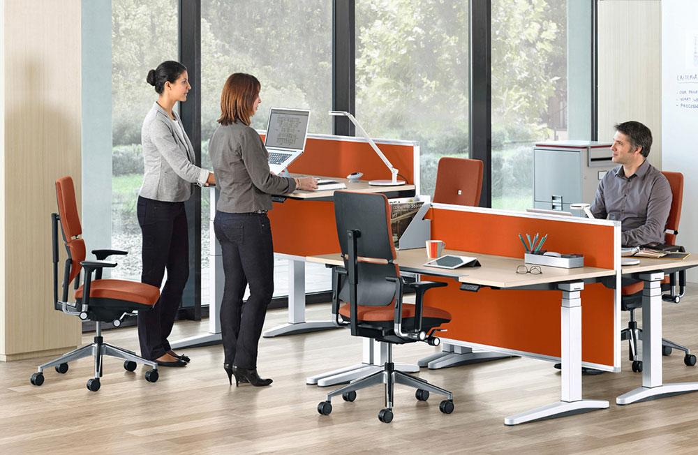 Bureau oligy de steelcase en position assis et debout