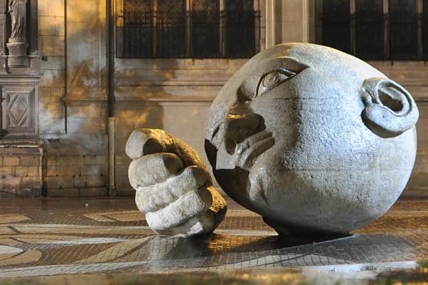 Statue de l'écoute, devant Saint Eustache