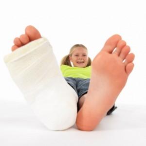 Petite fille avec une jambe cassée