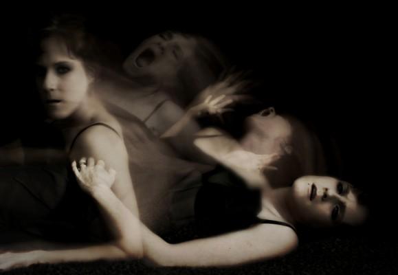 Femme souffrant, dans différentes positions
