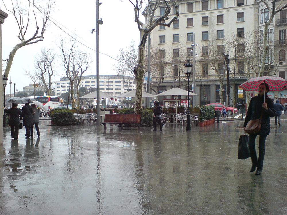 Des passants sous des parapluies marchent