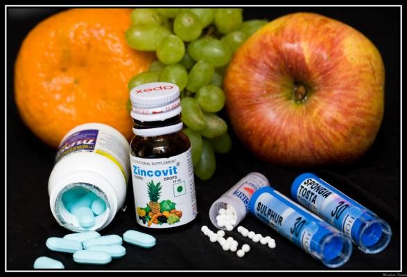 Ensemble de médicaments avec des fruits