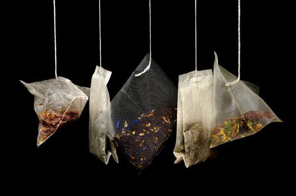 Différents thés suspendus dans des sachets