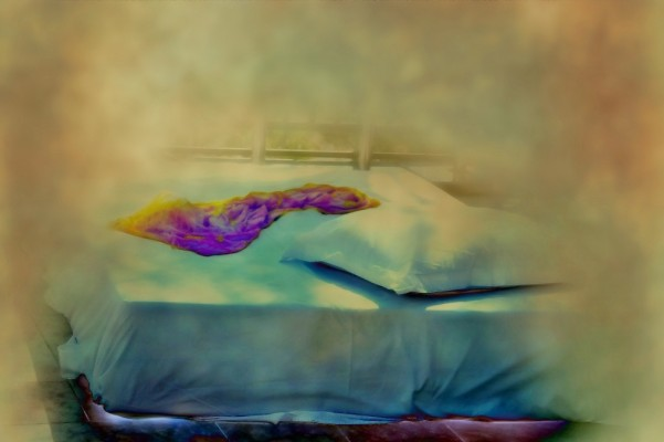 Un lit et un oreiller dans le flou