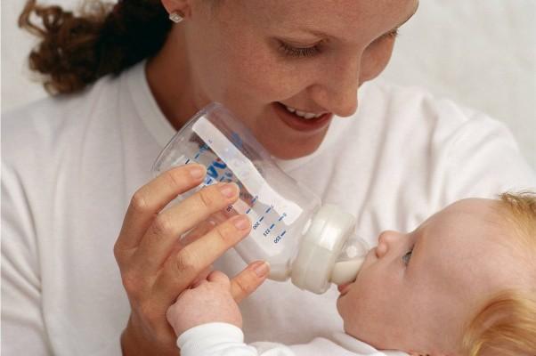 Le biberon de lait donné au nourrisson