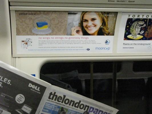 Une publicité montre une femme souriante avec une coupe menstruelle