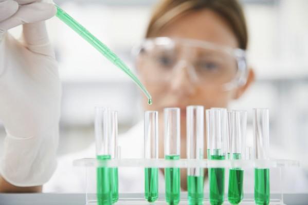 Une laborantine teste en éprouvette des médicaments