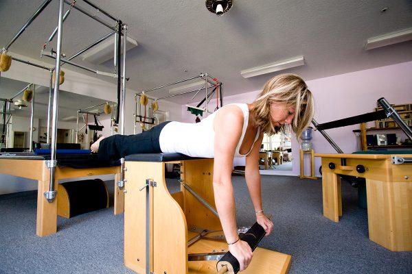 Femme faisant un exercice sur une chaise pilates