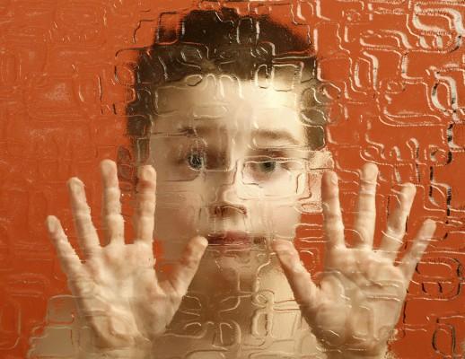 Un enfant derrière un verre déformant