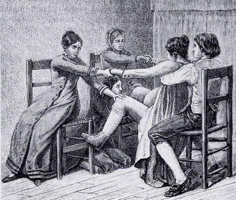 Une femme, assise sur une chaise, accouche devant une sage-femme agenouillée et prête à recevoir le bébé