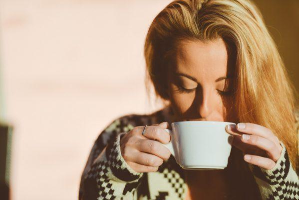 Femme en train de boire une tasse de thé