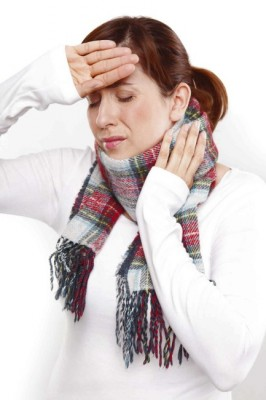 Femme souffrant de la gorge