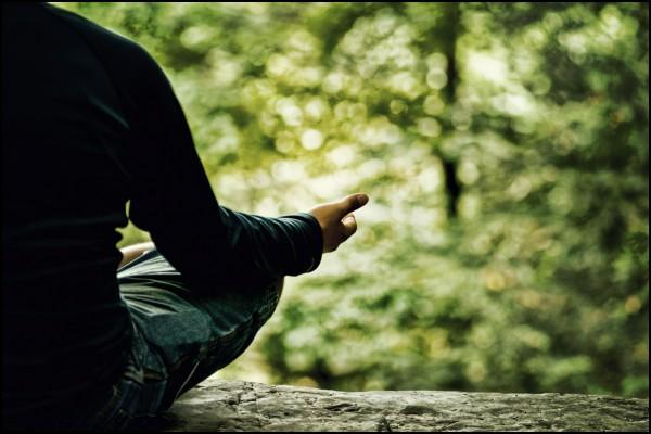 Homme de dos, méditant