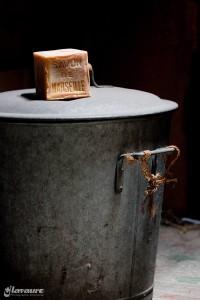 Un savon de Marseille posé sur une lessiveuse en fer