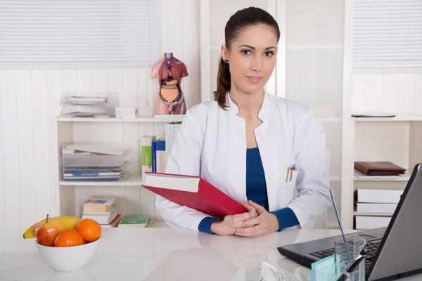 Une secrétaire médicale à son bureau