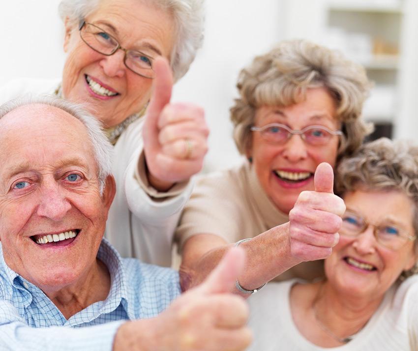 Groupe de seniors satisfaits de leur complémentaire