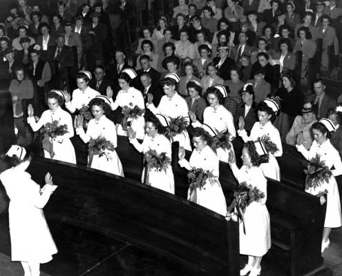 Photo en noir et blanc montrant des infirmière prêtant serment