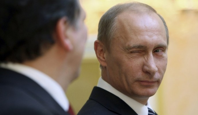 Vladimir Poutine faisant un clin d'oeil lors d'une cérémonie